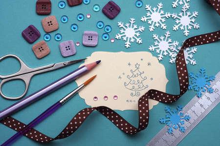 Hand gemacht scrapbooking Postkarte und Werkzeuge auf einem Tisch liegen. Standard-Bild - 11196458