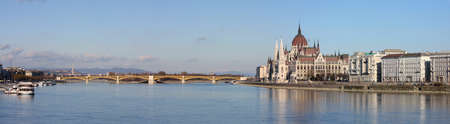 vue panoramique avec le célèbre bâtiment du parlement sur un bord de la rivière, Budapest, Hongrie Banque d'images