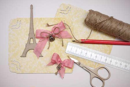 art and craft equipment: �lbum de recortes hecho a mano tarjeta postal y herramientas en el suelo sobre una mesa Foto de archivo