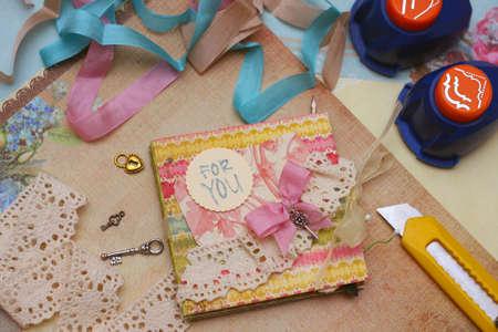 creative tools: fatto a mano scrapbooking cartolina e strumenti sdraiata su un tavolo