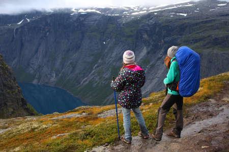 Mutter mit ihrer Tochter Wanderer auf dem Weg stehen und schaut in den Fjord Standard-Bild - 15517860