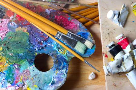 pallette: brosses, peintures et pallette
