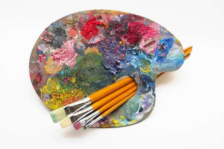 pallette: palette avec des pinceaux sur un fond blanc