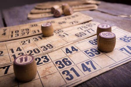 Alten Holzfässern und Lotto-Spielkarten Standard-Bild - 32091125