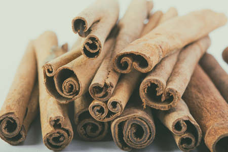 cannelle: several cinnamon sticks on a white background