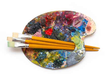 pallette: palette avec des brosses sur un fond blanc