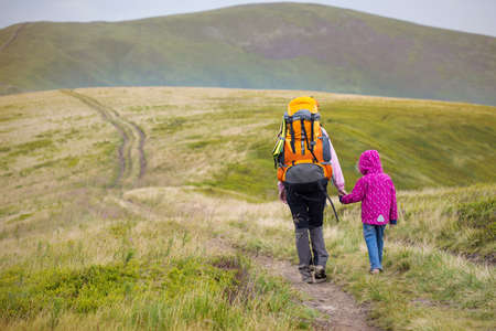 mama e hija: ni�as tur�sticos madre e hija y vistas a la monta�a