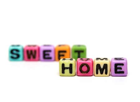 sweet home: dulce hogar - palabra hecha de cubos de juguete infantil multicolores con letras