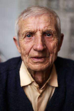 portrait d'homme âgé assis à la maison