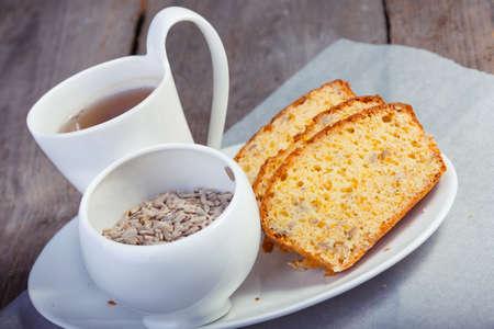 semillas de girasol: magdalena en un plato, una taza de t�, semillas de girasol