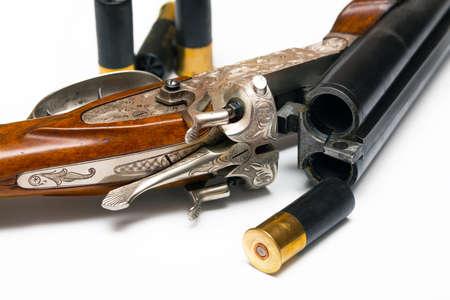 gatillo: gatillo del rifle anticuado estilo clásico de plata con la munición en un fondo blanco Foto de archivo