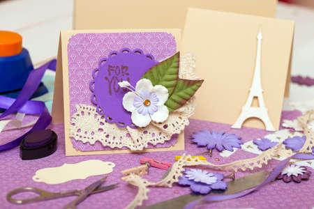 paper craft: fondo del libro de recuerdos. Tarjeta y herramientas con la decoración