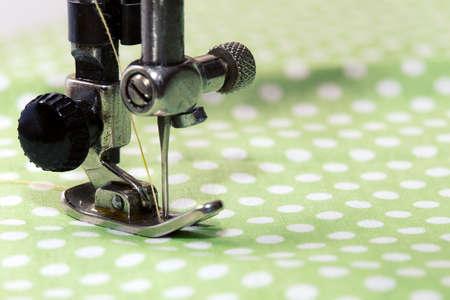 maquinas de coser: máquina de coser - proceso de costura en la fase de la costura
