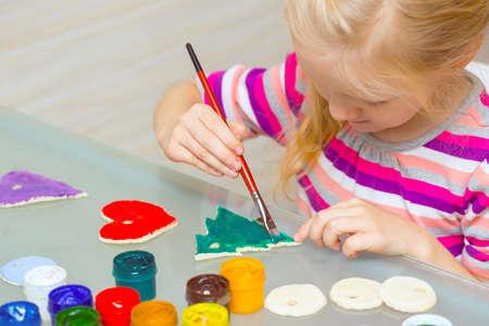 kinder: Decoraciones navideñas. niña hizo y pintó el corazón