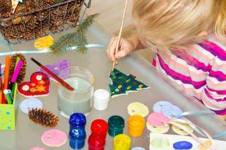 Kerstversiering. klein meisje gemaakt en geschilderd het hart