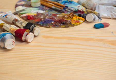 pallette: tubes de peinture sur une table en bois