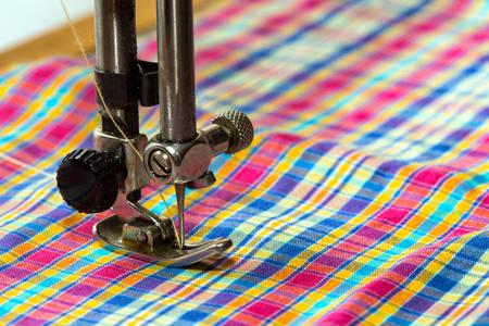 maquinas de coser: m�quina de coser - proceso de costura en la fase de la costura