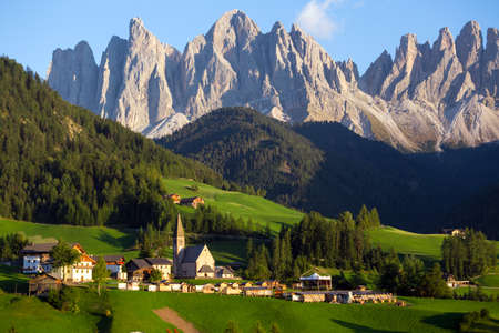 Berühmt schöne Kirche St. Magdalena in den Dolomiten, Italien. Standard-Bild - 67027867
