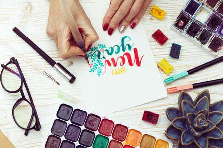 Mädchen macht die Inschrift - frohes neues Jahr Standard-Bild