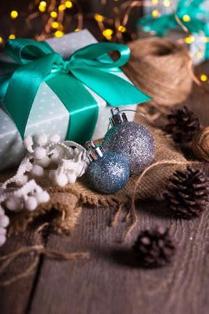 クリスマス - 花輪の背景に贈り物のグループ