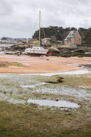 Tregastel. Barche con la bassa marea sulla costa della Bretagna, Francia