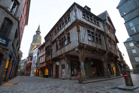 DINAN, FRANCE - APRIL 6, 2018: beautiful streets with colombage houses in the famous city of Dinan. Normandy, France Éditoriale