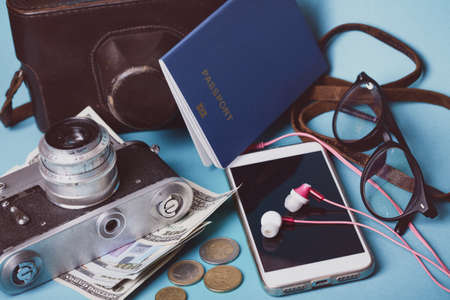 background - what to take for a trip. passport, phone, documents,  map, camera, money, sunglasses, Foto de archivo