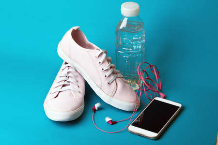 concept of running and healthy lifestyle. what to take for a run - sneakers, water, smartphone and headphones 免版税图像