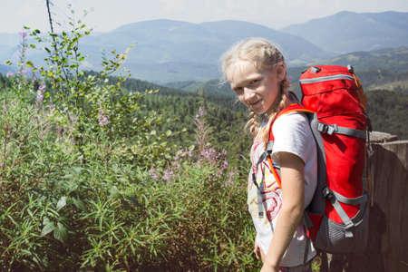 Ukrainian landscape. happy smiling girl child at the mountains in Carpathians, Ukraine Banque d'images