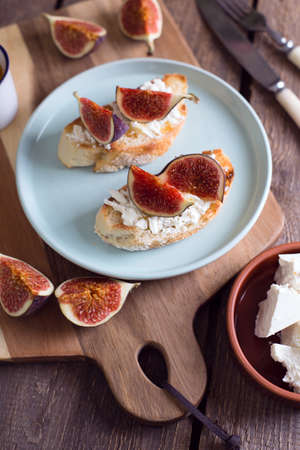 mouthwatering sandwiches with figs, feta cheese and honey