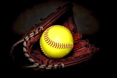 Close-up van een softbal handschoen en de bal