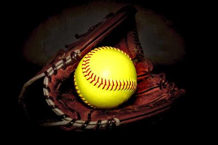 softbol: Detalle de un guante y una pelota de softball Foto de archivo