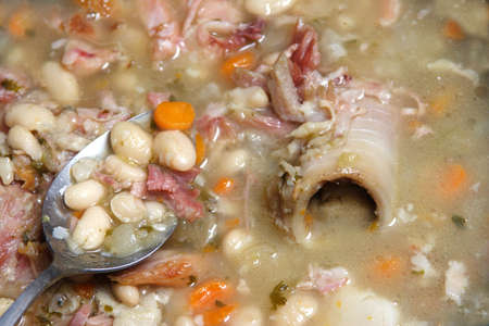ハム、海軍の豆のスープにスプーン玉ねぎセロリと人参の骨。