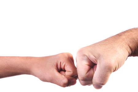 manos estrechadas: Kids pu�o a pu�o de un adulto agitar la mano.