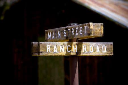 barnwood: Rural r�stico signo de la calle principal y carretera rancho con barnwood en el fondo.