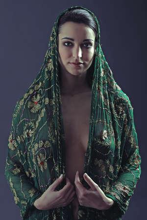 Junge Frau mit cape