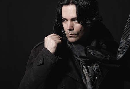M�nner mit einem Mantel und Schal in studio