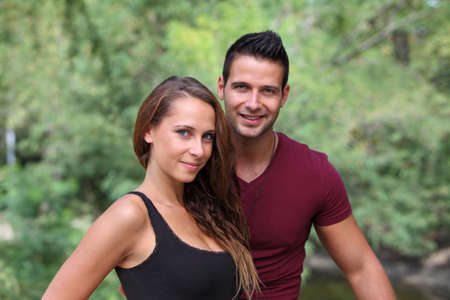 Paar sucht auf Kamera im Park