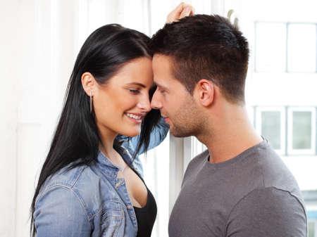 Loving Paar l�chelnd an jedem anderen Lizenzfreie Bilder