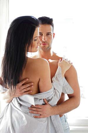 Man umarmt seine Freundin halbnackt
