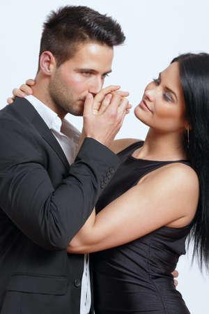 Hand Kuss von einem sch�nen Mann