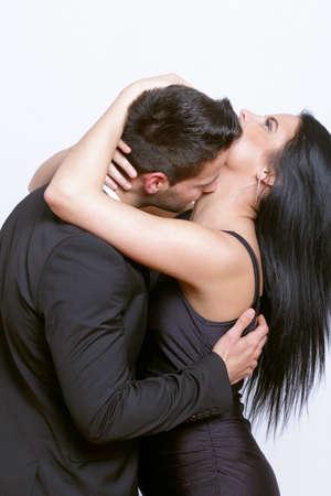 Leidenschaftlicher Kuss zwischen einem Paar
