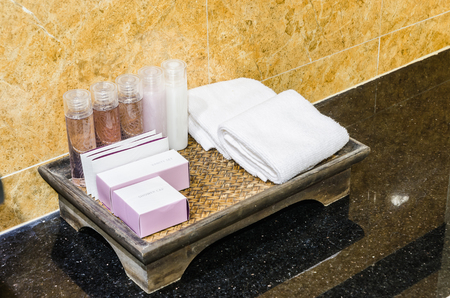 productos de aseo: Artículos de tocador en el baño Foto de archivo