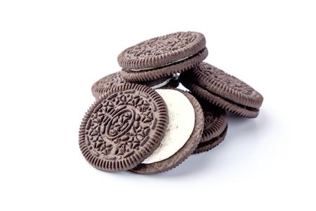 白い背景の上のチョコレート クッキー