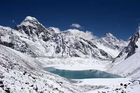El lago de montaña con el Everest en el fondo, Nepal,