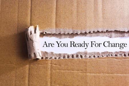 Gescheurde papieren doos met woord Bent u klaar voor verandering