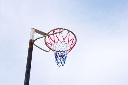 暑い日の間に晴れた空に対するネットボールゴールポスト 写真素材 - 100845192