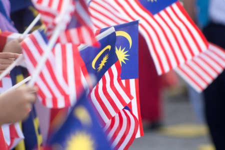 Handwedelnde Malaysia-Flagge, auch bekannt als Jalur Gemilang, in Verbindung mit der Feier des Unabhängigkeitstags oder dem Merdeka-Tag.