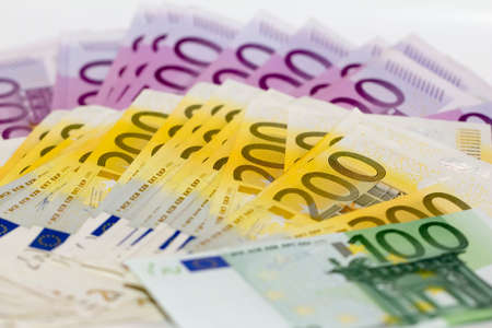 Aislado pila de dinero con 100 200 y 500 billetes de euro perfectos para ilustrar por ejemplo, la riqueza, los premios de lotería o las crisis bancarias ¿Cuál es tu sueño Foto de archivo - 28075822