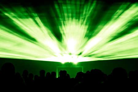 レーザーは、緑の色で線を表示します。招待チラシのイラスト背景に EC の観客のシルエットと偉大なレーザー光線ベストな外観を表示します。